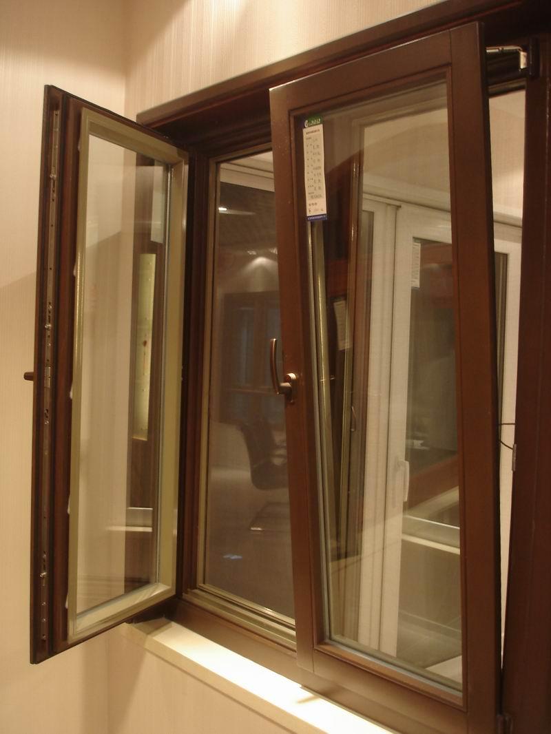 Установленное деревянное окно