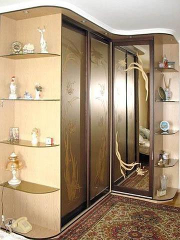 Большой угловой шкаф в прихожей для вещей