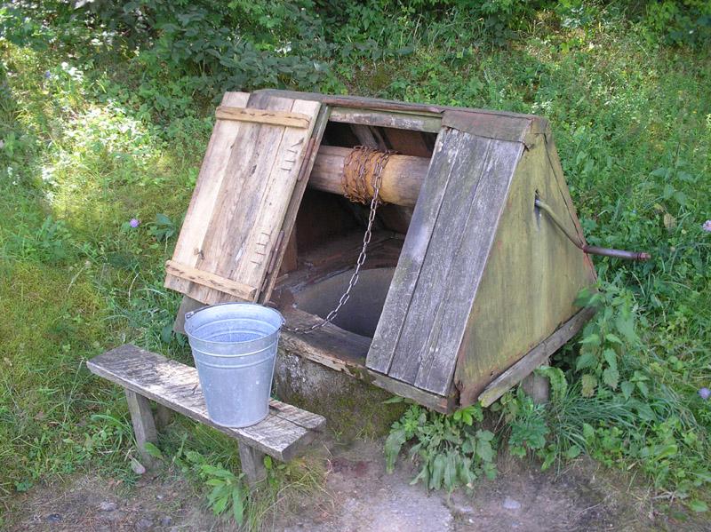 Даже самый простой колодец должен быть укрыт от попадания мусора