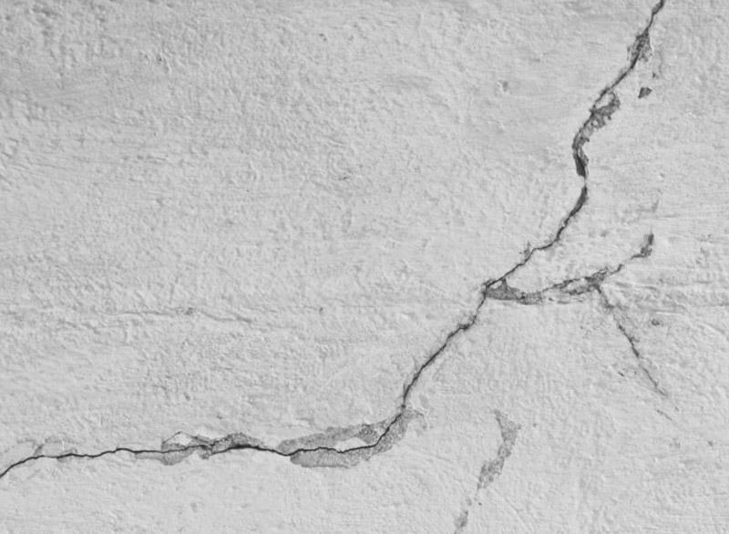 Появление трещин фундамента может быть следствием его просадки