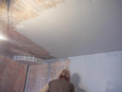 Очистка стен под обои от побелки