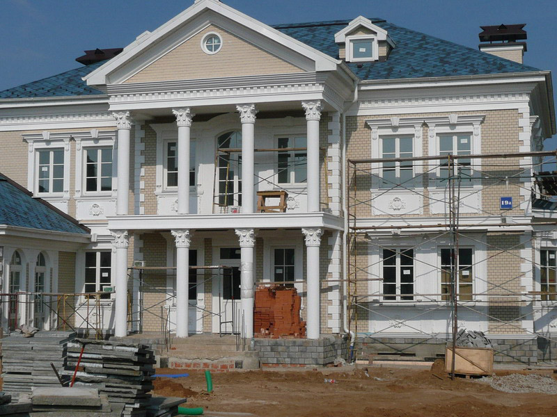 Хозяева не жалеют средств на отделку фасада дома