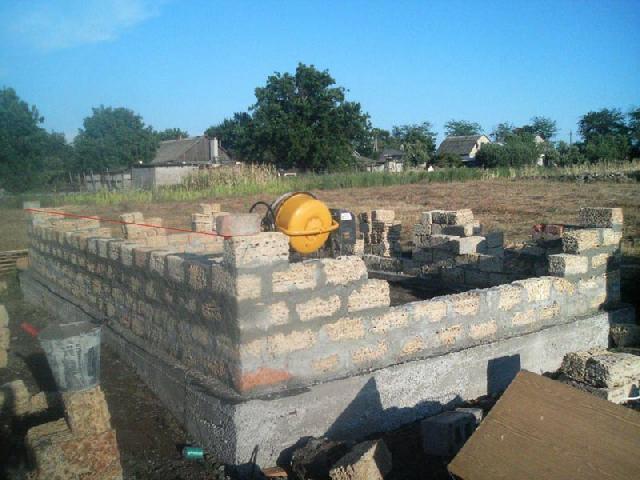 Процесс кладки стен дома из ракушечника