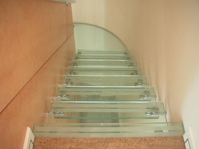 Стеклянная лестница без поручней