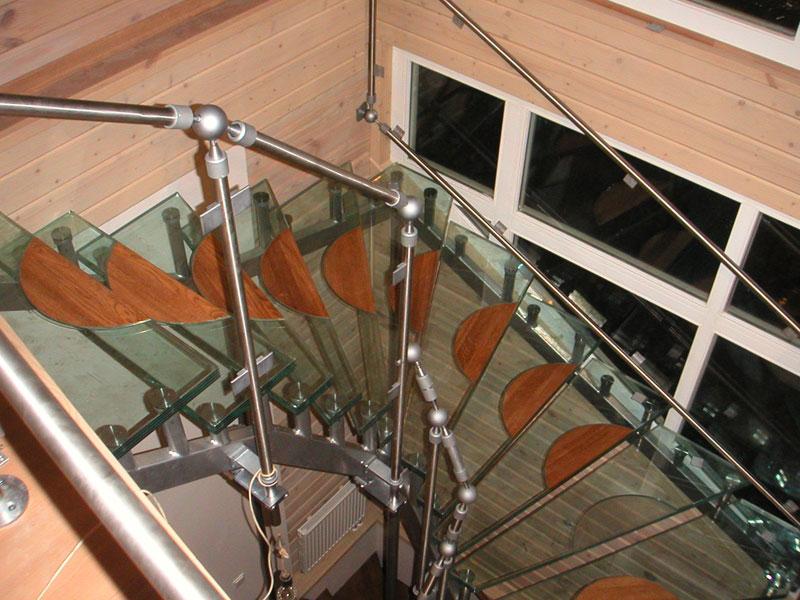 Стеклянная лестница с деревянными накладками