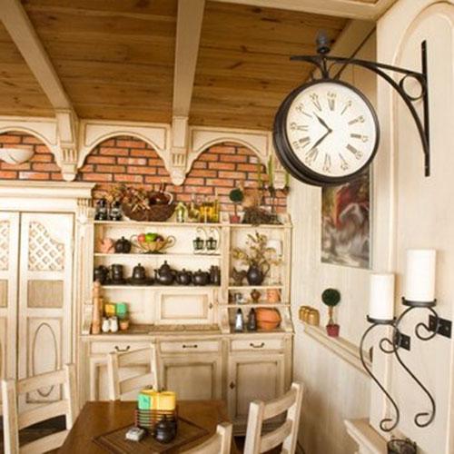 часы в интерьере кухни
