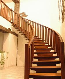 Деревянная лестница - классический выбор