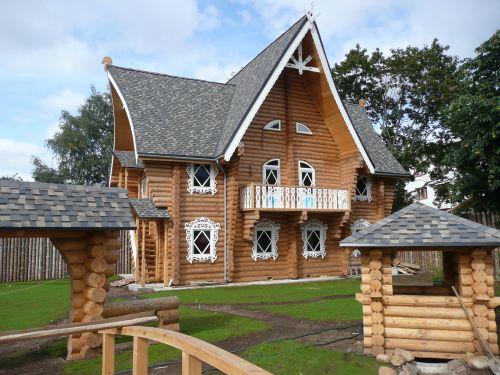 Небольшой двухэтажный деревянный дом