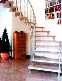 Межэтажная лестница с железной основой и деревянными ступенями