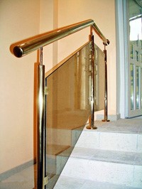 Лестница из стеклянным перилом