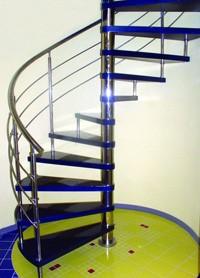 Межэтажная лестница с опорной железной стойкой
