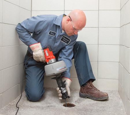 Аппарат для прочистки труб намного эффективней обычного канализационного троса.