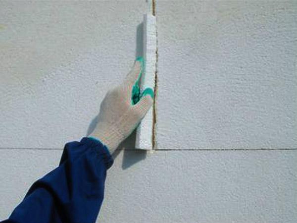 Щели между плитами пенопласта могут образовать мостики холода